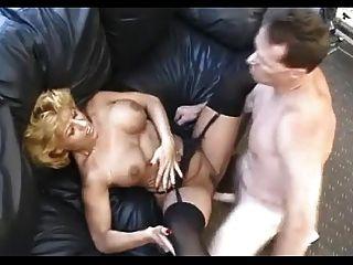 Sexy madura en medias negras folla al chico de la oficina