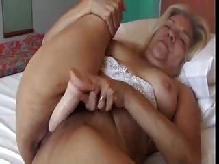 Rubia anciana con tetas bonitas folla un consolador de goma video