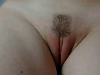 Chica muestra su coño de cerca
