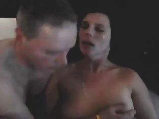 Esposo besando esposa compartida