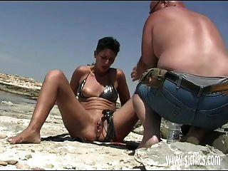 Amateur esposa puño follada en la playa