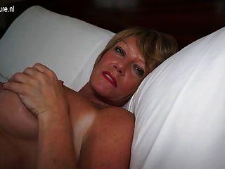 Caliente amateur británico abuelita jugando con su coño mojado