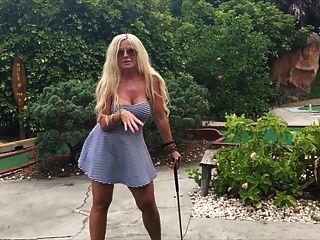 Sexo público de mini golf con tits grande milf
