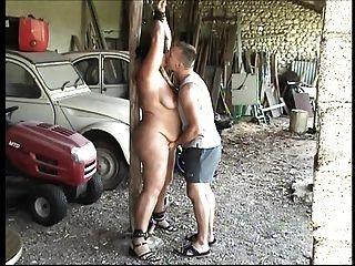 Encadenado para un hombre joven