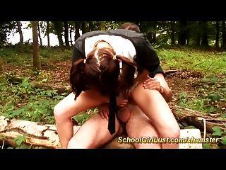 Colegialas se follan anal en el bosque