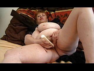 Abuelita gorda masturbándose
