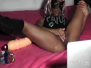 Ebony girl fisting y enormes inserciones de consolador