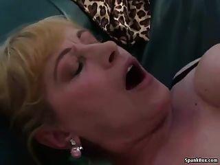 Busty blonde obtiene su coño pounded