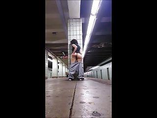Chica dedos en la plataforma del tren