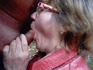 Abuelita chupa a su marido en el bosque