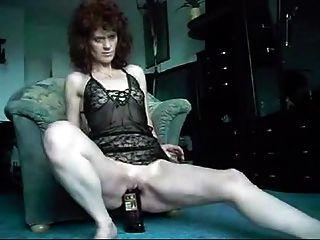 Madura, mujer, golondrinas, whisky, botella