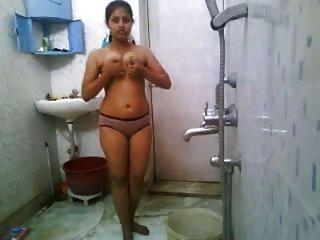 Chica india bañándose desnuda