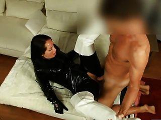 Sexy en catsuit negro brillante