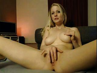 Chica con gran cuerpo pegando su coño