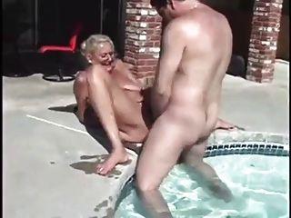 Abuela anastasia obtener 2 pollas junto a la piscina