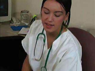 Mujer médico obtiene muestra de esperma y sabor de paciente wf