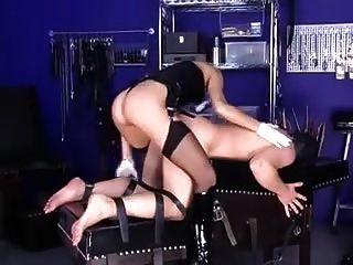 Amante rubia folla a su esclavo.