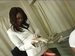 Médico japonés en gafas utiliza correa en