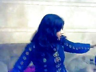 Muchacha musulmana que realiza en mujra privado