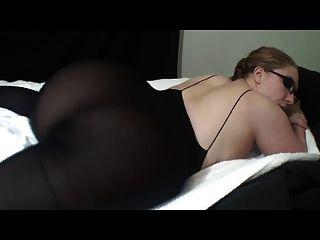 Caliente dama de gafas muestra su gran culo