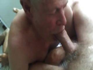 Abuelo chupa y come cum de barriga peluda