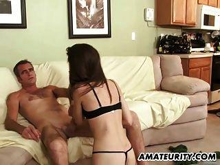 Joven novia aficionada chupa y folla a un viejo