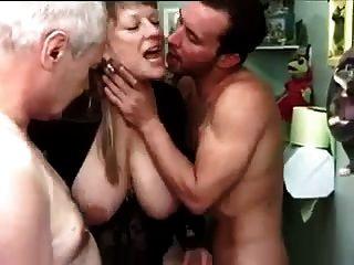 Francés maduro con dos hombres