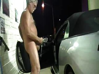 Exhibicionista abuelo jerk at carwash