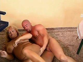 Busty y gordita abuelita follada por un hombre calvo.