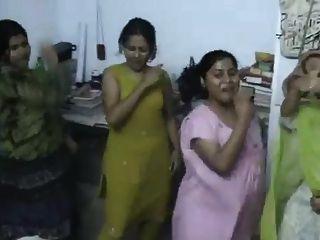 Bangladeshi hostel chica bailando
