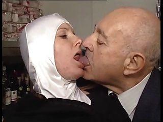 La monja de cuerpo caliente se acaricia por el viejo pervertido!