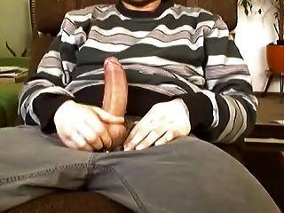 Gallo grasa masturbándose y corrida enorme