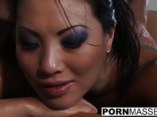 Sexy asa akira obtener perforado por un gran pene después de un masaje