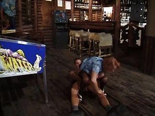 Milf barkeeper obtener follada por un cliente más joven