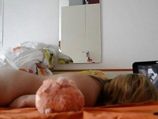 Mujer madura se masturba viendo porno