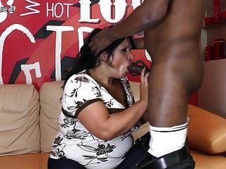 Verdadera madre madura follando y chupando a su novio negro