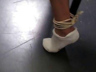 Silla atada bastante en calcetines de tenis