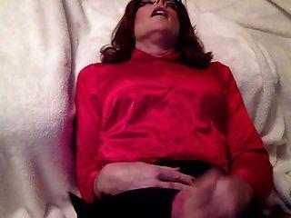 Dulce eyaculación sobre mi blusa de raso y falda de satén