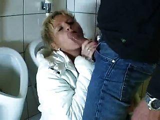 Alemán maduro entra en el baño para chupar y joder