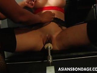 Morena tetona obtener su coño mojado máquina follada