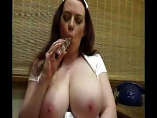 Enfermera caliente con tetas enormes toying su coño afeitado
