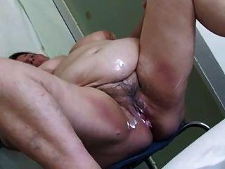 Abuelita sexy en la ducha lavando jugoso coño gordo 3