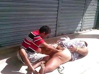 Chupando a buceta de la gorda no meio da rua