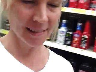 Mamá traviesa exponer en una tienda local