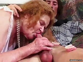 Abuelita pierde los dientes mientras chupa