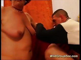 Orgía de gangbang de las mamáes primero