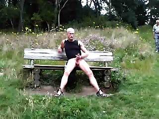 Exhibicionista cogido masturbándose en el bosque