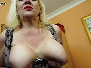 Abuelita british británico jugando con su arrebato peludo