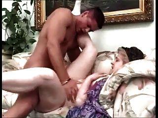 La abuela tetona obtiene follada