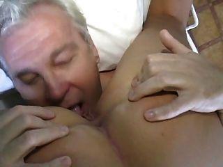 Enfermera sexy cuida al anciano